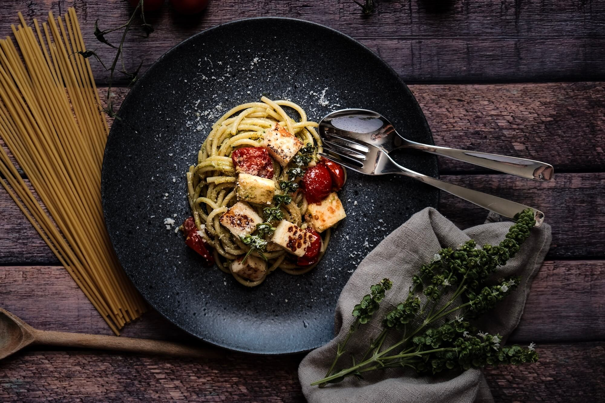 Bucatini with homemade pesto, cherry tomatoes och halloumi
